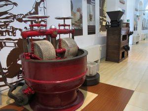 Maquinària específica per tractar el cacau. . / © Gg