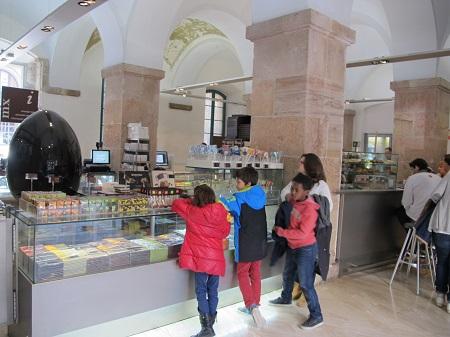 L'entrada és també una cafeteria molt aromàtica. / © Gg