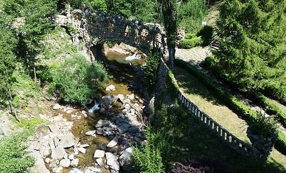 L'arquitecte volia que el jardí fos molt fresc. Per això el va omplir d'arbres. /©Gg