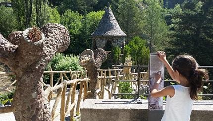 L'entrada original dels jardins. S'hi accedeix per una rampa inclinada. A banda i banda, serps de pedra recargolades, amb la boca oberta. I cactus de ciment. /©Gg