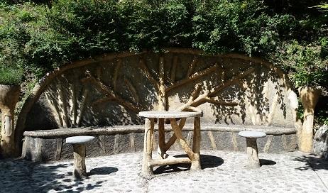 Berenador. La taula i les cadires estan força separades. La vestimenta de les dones de l'època era voluminosa! /©Gg