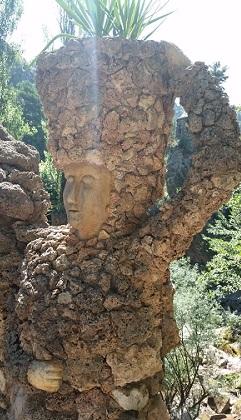 Aquests personatges de pedra són a l'entrada del pont dels Arcs. /©Gg