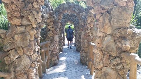El pont dels Arcs. Les pedres gruixudes i tosques de la zona s'aixequen com si res per sobre els nostres caps. /©Gg