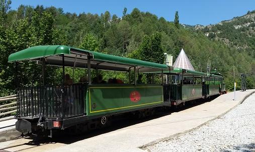 El tren turístic fa parada als Jardins Artigas. /©Gg