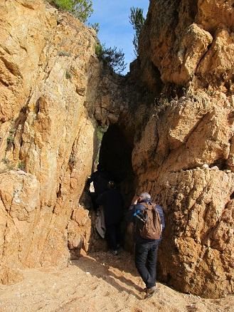 I el camí passa just pel mig d'aquesta pedra foradada pel lament de la noia segrestada pels pirates. /© Gg