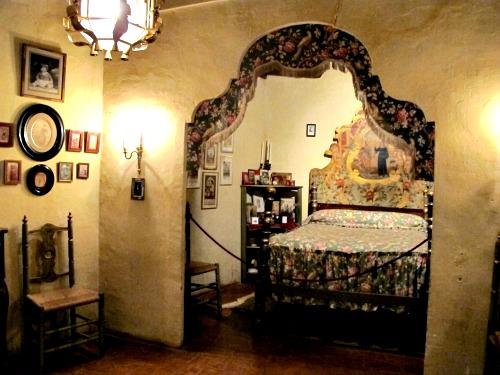 No hi falta detall. El llit, la calaixera, els quadres.../© Gg