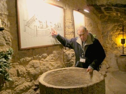L'Armand, davant un dibuix que explica els orígens del castell. /© Gg