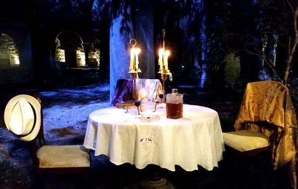 Que hi fa una taula tan ben parada al claustre de Sant Benet? De qui són el barret i el xal? /© Gg
