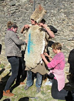 La Jeanne cus el vestit del Guillem. Ho ha fet desenes de vegades! /© Gg