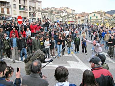 L'alcalde del poble ha provocat l'os. Vol lluitar. I l'os ho accepta llançant-li la seva vara de fusta./© Gg