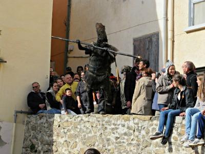 El ossos persegueixen la gent pels carrers de Prats de Molló. Correu, que venen! /© Gg