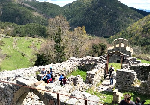 I també aprendre història i llegendes. Castell del Compte Arnau a Gombrèn. /© Gg