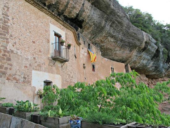 Mas El Puig de la Balma, de Mura. Construït sota la roca /© Gg