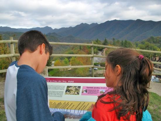 El mirador de la Creu de l'Arç. Un panell ens explica quines muntanyes estem veient. /© Gg