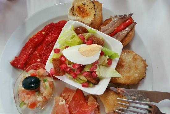 Les patates farcides de l'Hostal Serrasolsas tenen fama. Ben guanyada! Les acompanyen amb amanida de temporada. /© Gg