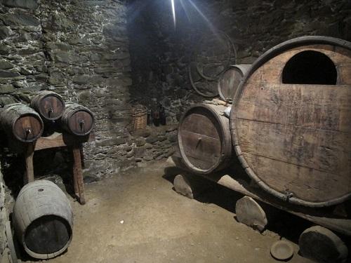 I aquest és el celler del vi, amb un munt de botes/© Gg