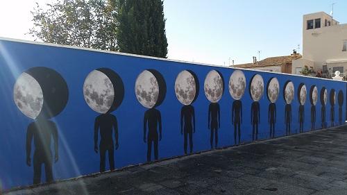 Aquesta llarga paret llunàtica és a tocar de l'escola del poble /© Gg